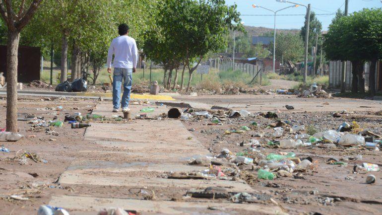 La lluvia dejó mucha basura en las calles del Oeste de la ciudad.
