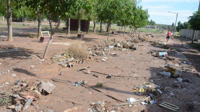La basura se juntó en algunos sectores del San Lorenzo.