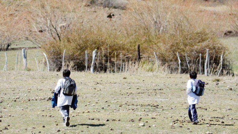 Los niños de los parajes cruzan grandes distancias para estudiar. Si no los llevan