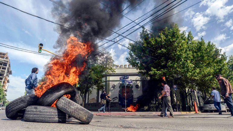 El Gobierno condenó la inusitada violencia