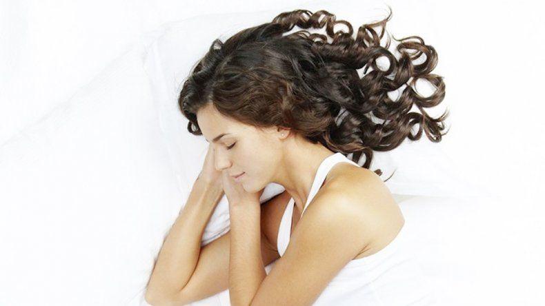 Descansar de lado reduciría el riesgo de sufrir varias enfermedades.