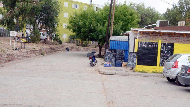 La plaza cercana a los monoblocks fue el escenario del crimen.