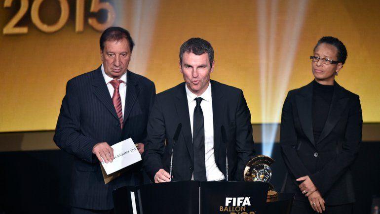 Carlos Bilardo fue el encargado de anunciar a Luis Enrique como el mejor entrenador.