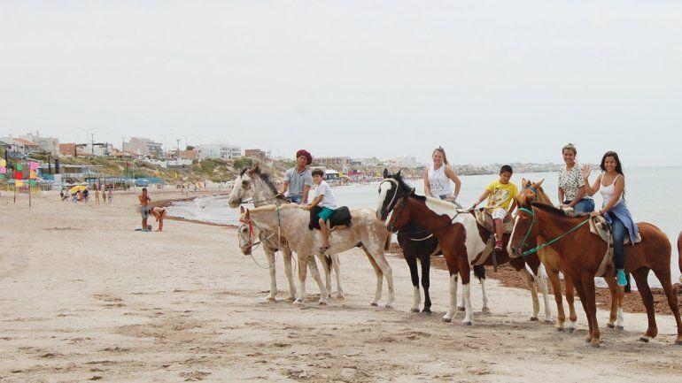 Disfrutar del mar a caballo tiene otro sabor para los turistas.