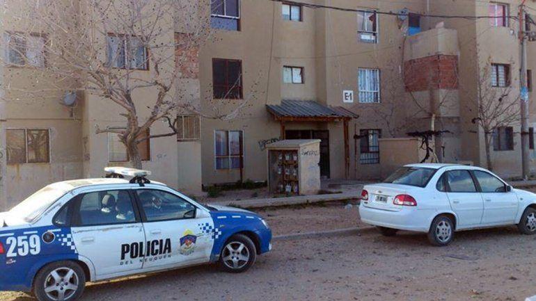 La Policía allanó tres departamentos de las ex 450 viviendas.
