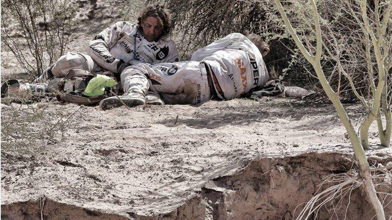 Dos pilotos se refugian en una pequeña sombra para soportar el calor agobiante de Belén.