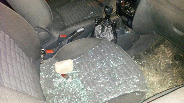 Vidrios de la ventanilla rota en el auto robado sobre Santiago del Estero.