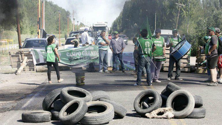 Municipales de Campo Grande cortan Ruta 7 en reclamo de un aumento salarial.