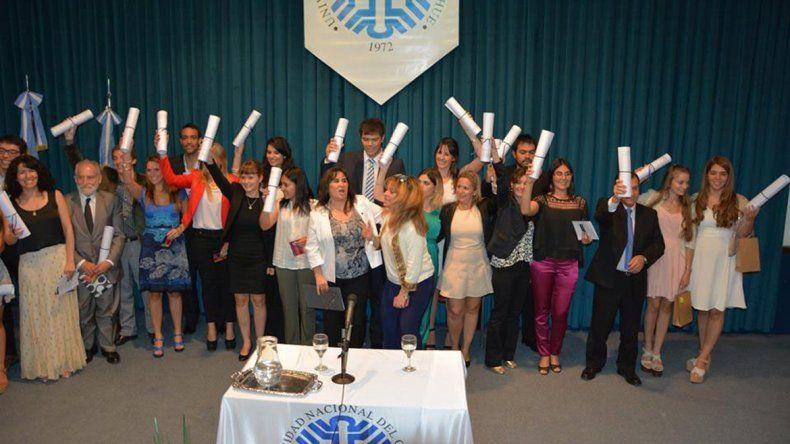 Los nuevos profesionales recibieron sus diplomas en el Aula Magna de la universidad.