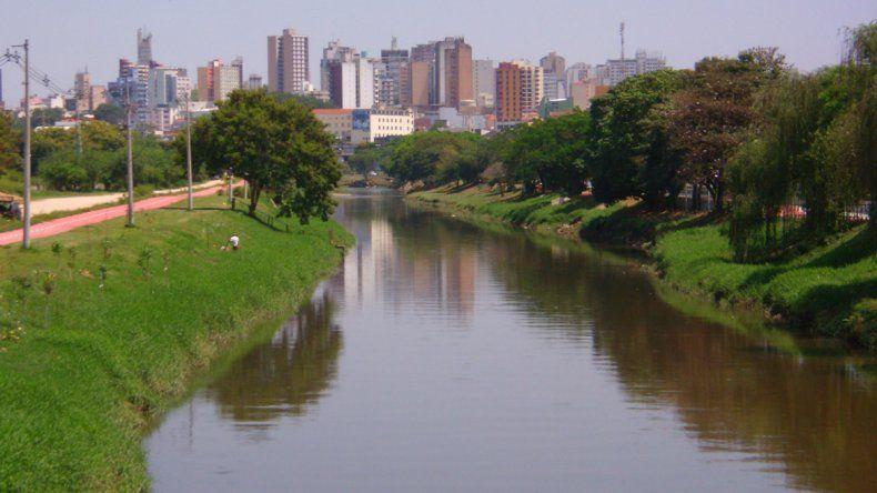 Buscan a un joven que desapareció al ser arrastrado por un río
