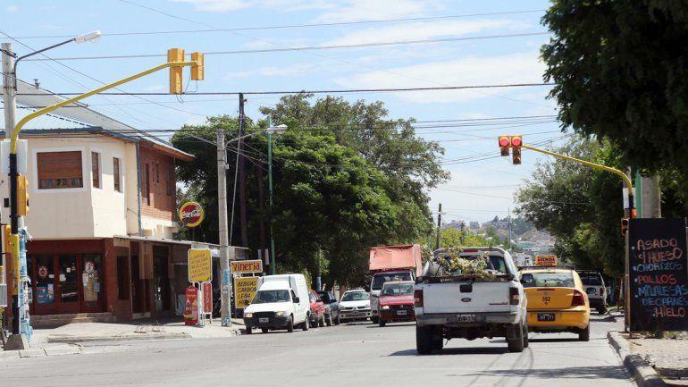 Por Gatica y otras calles del barrio los autos circulan a alta velocidad.