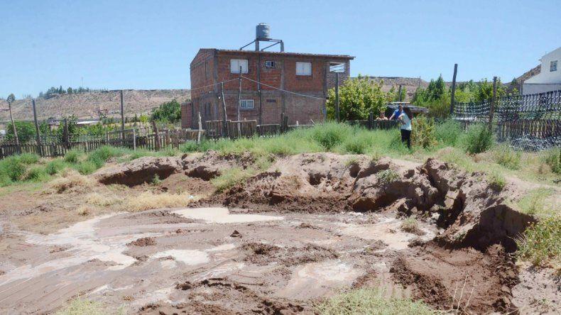 Aún no se sabe de dónde proviene el agua que afecta a los vecinos.