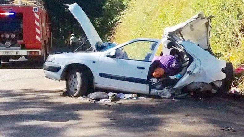El Renault 19 quedó destruido tras el impacto. El choque ocurrió en el sector de Hualapulli camino a Villarrica.