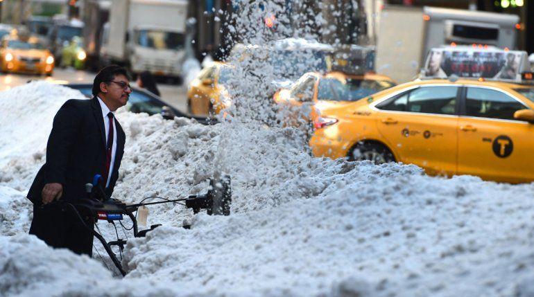 La acumulación de nieve en Nueva York llegó a los 67 centímetros.