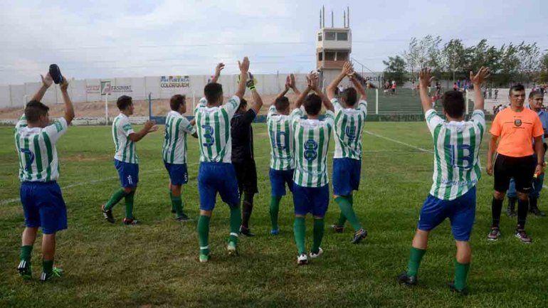 Los jugadores del Dino celebran el debut con victoria.