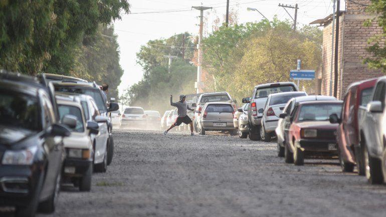 Un inadpatado tira piedras hacia adentro del Gigante del barrio Sarmiento.