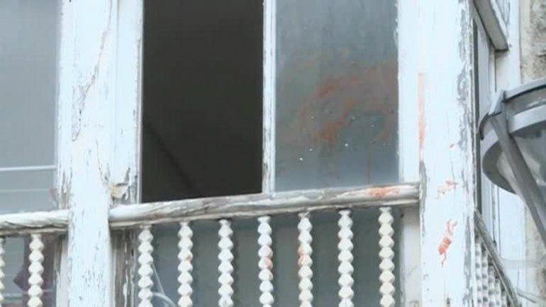 El balcón desde donde el hombre tiró a la pequeña a la calle.