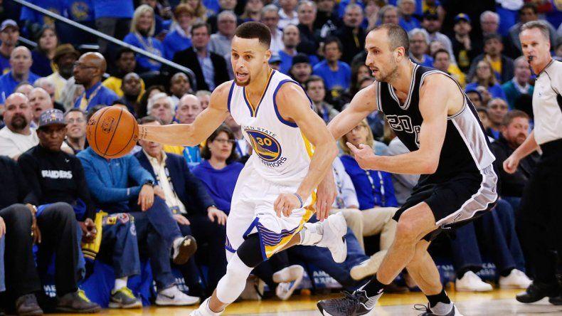 Manu Ginóbili intenta contener al mejor jugador del partido: Curry.