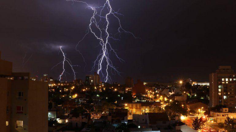 Otra espectacular tormenta eléctrica preocupó a los neuquinos