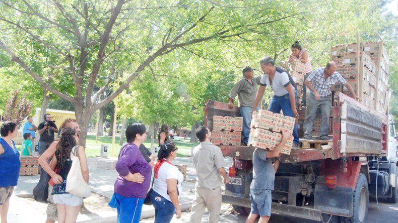 La gente se acercó hasta las plazas para llevarse la fruta.
