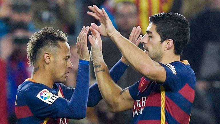 Suárez y Neymar festejan el segundo gol del Barcelona.