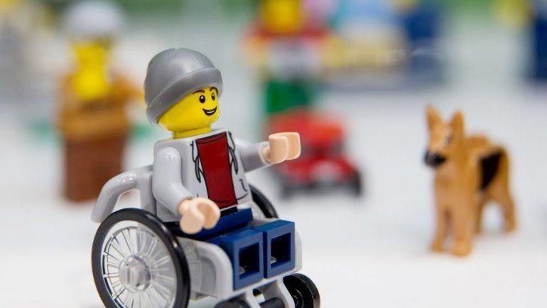 La mítica marca de juguetes Lego acaba de presentar en Londres su primera figurita en silla de ruedas.