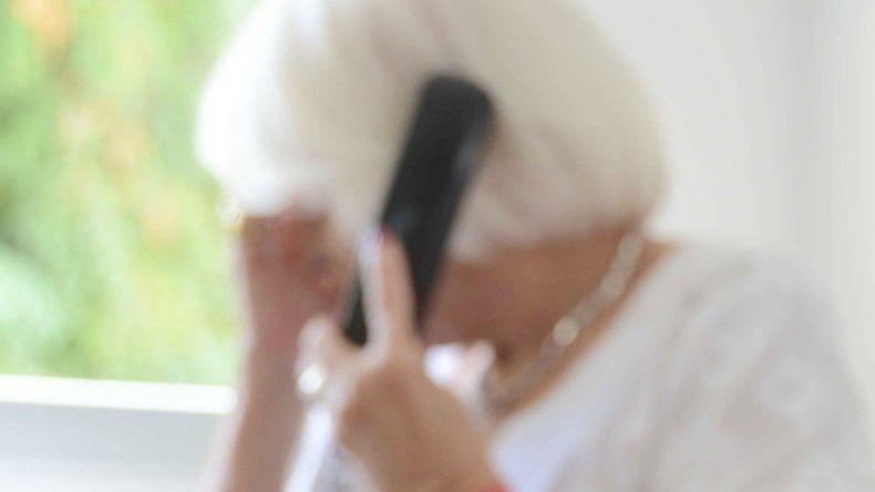 La mujer mayor recibió el llamadoy entregó los dólares ahorrados.