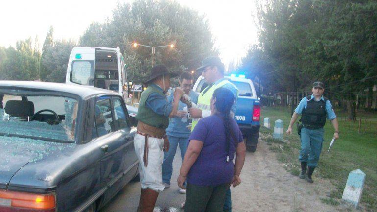 La Policía realizó el test de alcoholemia tras el choque y dio positivo. El auto ya había sido apedreado.