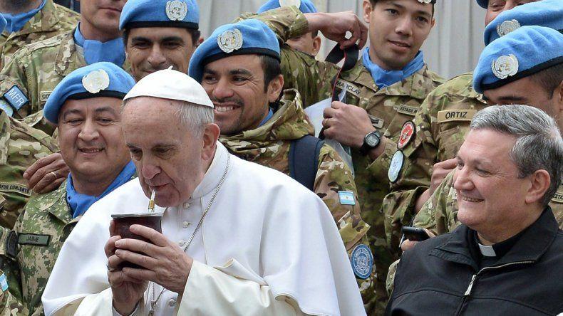 Una mateada con compatriotas. Soldados argentinos de la ONU saludaron ayer al papa en la Plaza de San Pedro.
