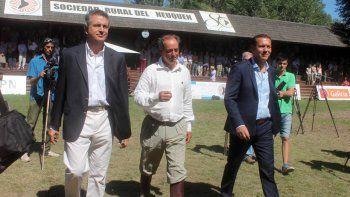 Ingresan al predio el presidente de la Sociedad Rural Argentina, Luis Miguel Etchevehere; el presidente de la Sociedad Rural del Neuquén, Martín Zimmermann, y el gobernador de la provincia del Neuquén, Omar Gutiérrez.