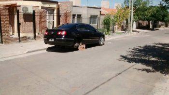 El auto atacado estaba estacionado sobre la cuadra crítica del barrio.