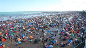 La playa rionegrina tendrá un lleno total este fin de semana largo. Después de unos días de lluvia, ayer la gente pudo disfrutar del sol.