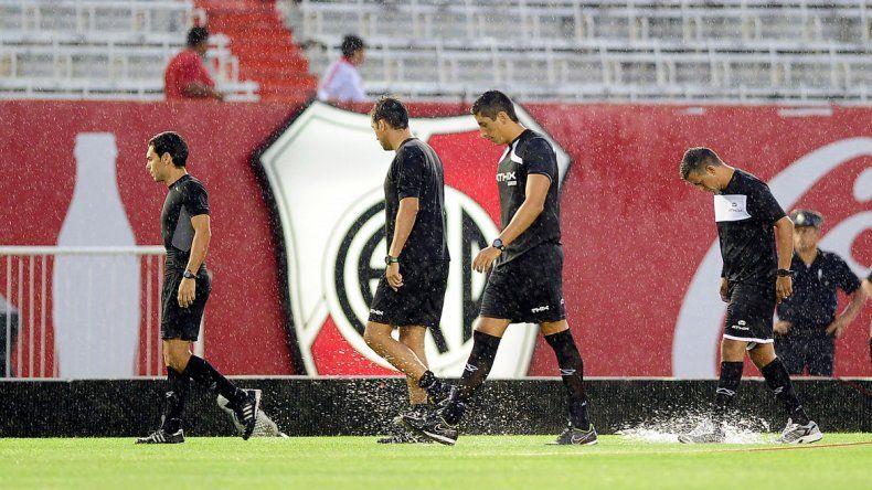 Rapallini salió varias veces a ver el campo de juego hasta que resolvió suspenderlo con la anuencia de los dirigentes de los dos clubes.