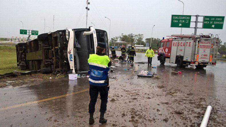 Cinco muertos y más de treinta heridos al volcar un micro en Entre Ríos