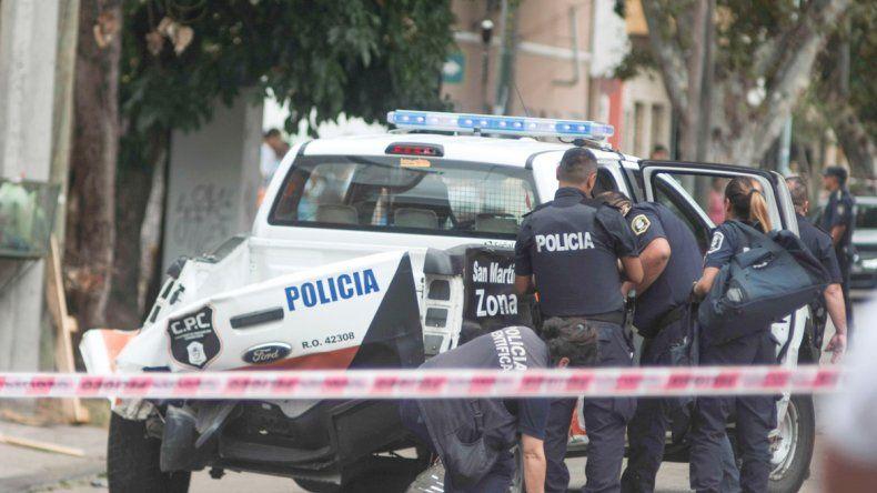 Policías haciendo pericias en el vehículo. Los familiares de la mujer no podían creer lo que había pasado.