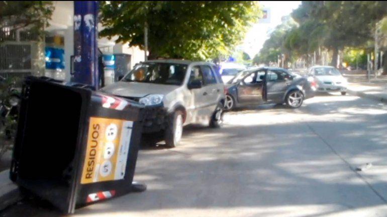 El vehículo chocó dos autos que estaban estacionados en la avenida.