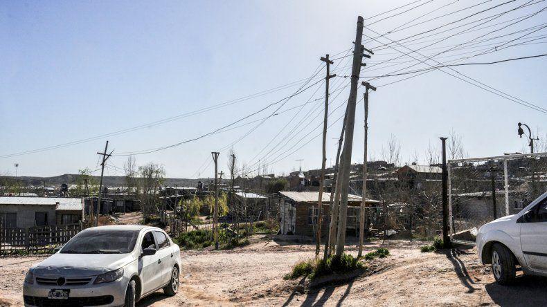 Hacia el oeste de la capital hay miles de personas que se enganchan del tendido eléctrico.