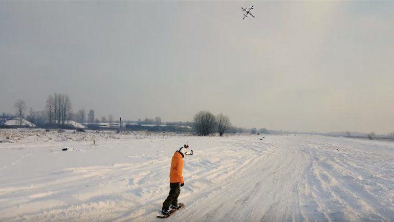 Hace snowboard arrastrado por un drone