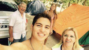 Agustín instalado en el camping con su madre, su padre y su novia.