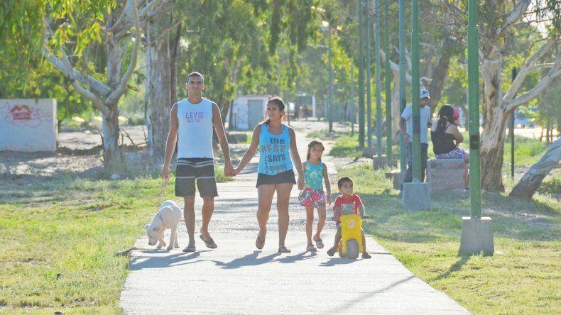 Muchos vecinos utilizan los espacios verdes para recrearse en familia.