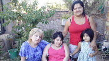 María de los Ángeles (en el medio) necesita mucha ayuda.