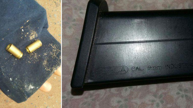 Las dos vainas y el cargador de 9 mm encontrados en el patio de la vivienda.