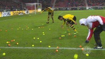 Hinchas del Borrussia Dormund se quejaron del desempeño de su equipo con pelotas de tenis.