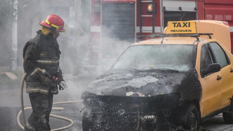 Tarde en llamas: un taxi ardió en el Bajo y una casa se incendió en toma La Familia