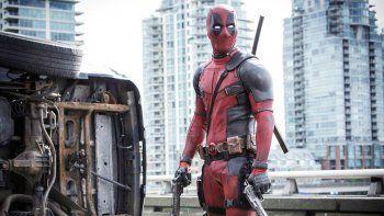 Reynolds se pone el traje de Deadpool para matar y divertir con chistes.