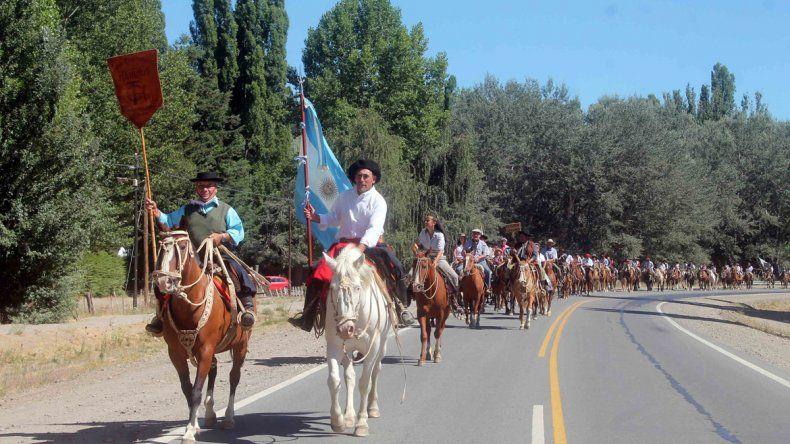 La tradicional Fiesta del Puestero comenzó ayer con el clásico ingreso de los jinetes montados. Hubo mucho color.
