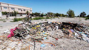 Colchones, tarros de pintura, botellas y todo tipo de basura son arrojados sin control en cercanías de las vías.