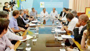 Quiroga y sus funcionarios, junto a referentes de entidades bancarias.