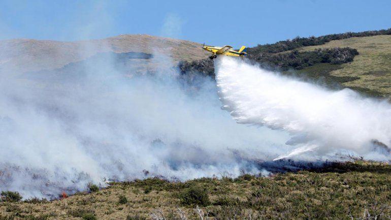 Trabajan para combatir los incendios en el Parque Nacional Lanín