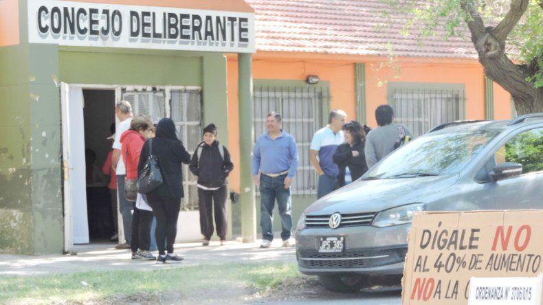 Los bloques opositores quieren que la sesión se haga el próximo martes a las 19:30 y en la calle.